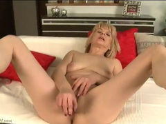 Golden dildo driving deep into her mature cunt videos
