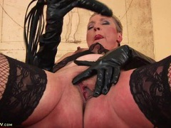 Hot old chick in sexy leather gloves fucks her cunt solo videos