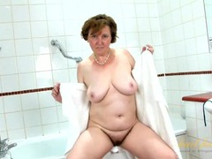 Hairy lady washing her pits and pussy in the bathtub videos