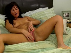 Milf takes us to bed to masturbate her hot cunt videos