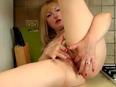 Clit rubbing mommy masturbates in close up videos