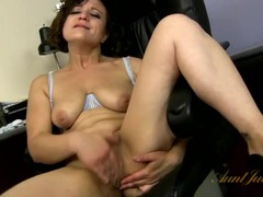 Curvy solo milf makes her pussy feel good as she gets off movies at sgirls.net