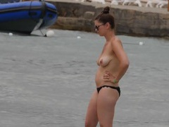Topless amateur looks great in her bikini videos