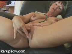 Solo milf babe in her living room to rub her clitoris videos