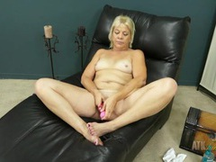 Curvy mature gal with a vibrator to cum tubes