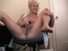 Work break for mommy that loves her dildo videos