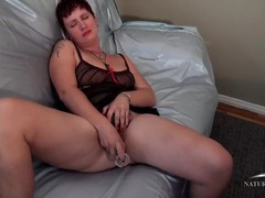 Thick babe on a satin sheet fucks a dildo videos