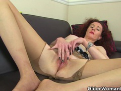 Skinny milf scarlet from the uk gives her pussy a workout videos