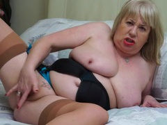 Chubby mature babe plays with her soaked pussy videos