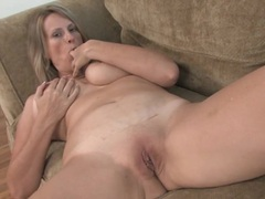 Sweet mommy gets naked and masturbates on her couch tubes