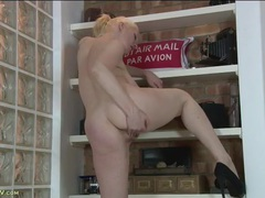Pretty chick in a ponytail plays with her hot clit videos