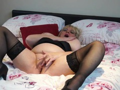Thick mature gal masturbates as she talks dirty movies at kilotop.com