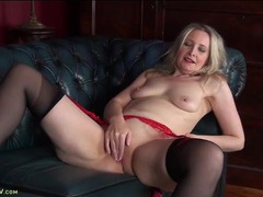 High heeled mature blonde in stockings plays with her pussy movies at kilosex.com