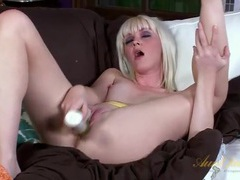 Hot blonde bangs a toy into her pink shaved pussy tubes