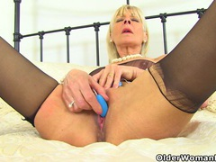 Uk gilf elaine pleasures her 60-year-old clit with a sex toy tubes