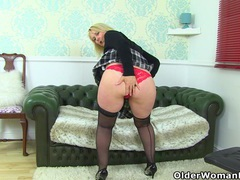 English milf michelle lowers her red knickers videos