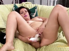 Brand new toy pumps her mature pussy to get her off tubes