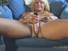 Big butt mature babe plunges a toy into her pussy videos