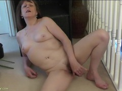 Old slut licks her toy and lubes it for her cunt videos